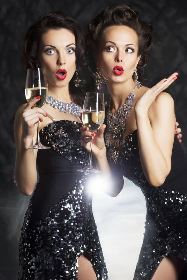 Felicitações! Povos da forma com vidros de vinho o imagens de stock