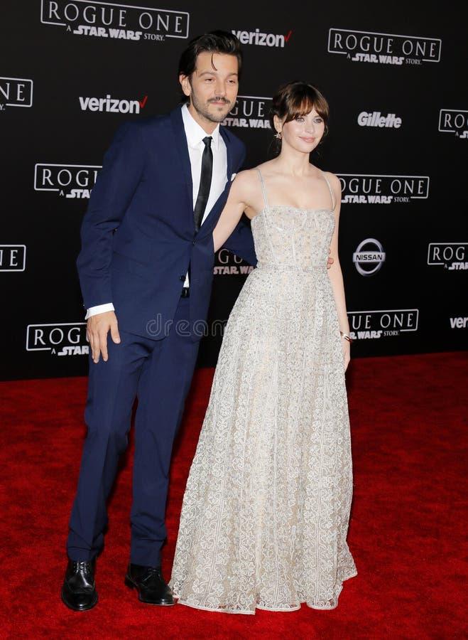 Felicity Jones e Diego Luna foto de stock