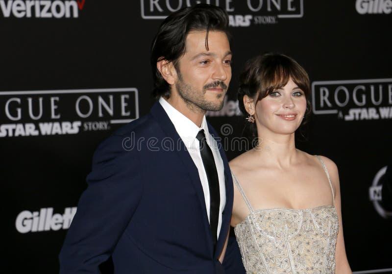 Felicity Jones e Diego Luna imagens de stock
