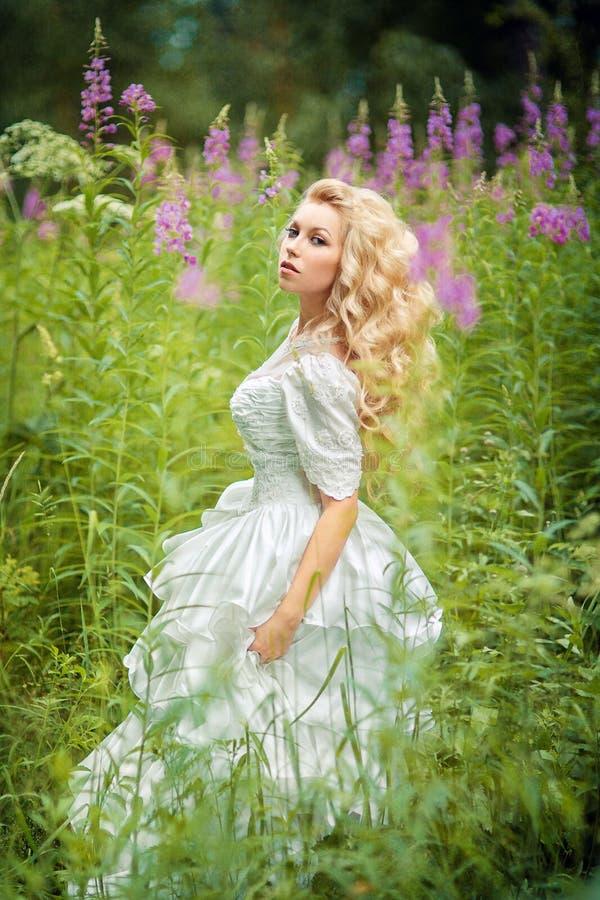 felik flicka med blommor royaltyfri fotografi