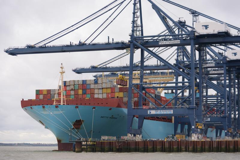 FELIXSTOWE FÖRENADE KUNGARIKET - DEC 29, 2018: Maersk linje behållareskepp Mette Maersk som har behållare som in laddas på Felixs arkivfoto