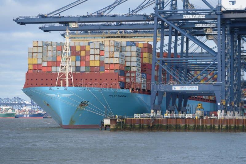 FELIXSTOWE FÖRENADE KUNGARIKET - JANUARI 27, 2019: Maersk linje behållareskepp Milan Maersk som har behållare som in laddas på Fe fotografering för bildbyråer