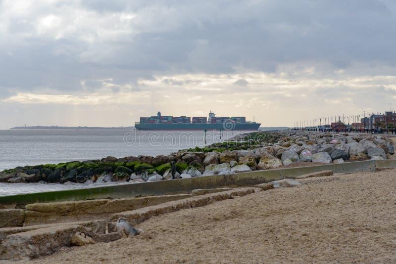 FELIXSTOWE, VEREINIGTES KÖNIGREICH - 27. JANUAR 2019: Thalassa Doxa-Containerschiff an der Felixstowe-Seeseiteüberschrift in Rich lizenzfreie stockbilder