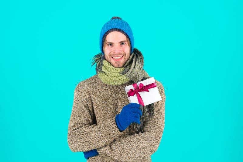 Feliz Año Nuevo Celebración de las vacaciones de invierno Regalo y acebo Hombre con la actual caja Compras La mañana antes de Nav foto de archivo