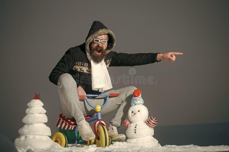 Feliz Año Nuevo con el muñeco de nieve Pares felices de Snowmans Celebración de Snowmans Triciclo emocionado del montar a caballo foto de archivo libre de regalías