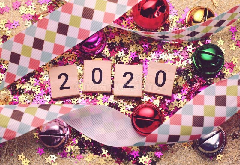 Feliz Año Nuevo 2020 con la decoración colorida imagenes de archivo