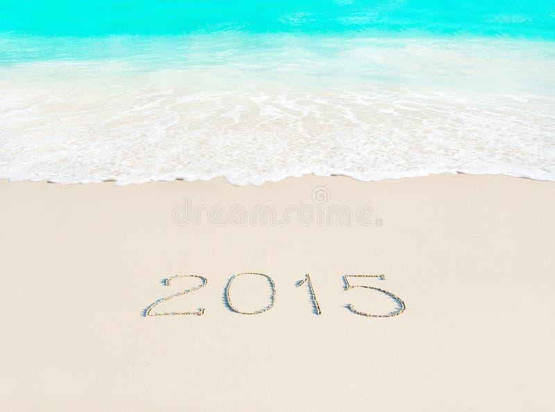 Feliz Año Nuevo concepto de 2015 estaciones en la playa arenosa tropical azul imágenes de archivo libres de regalías