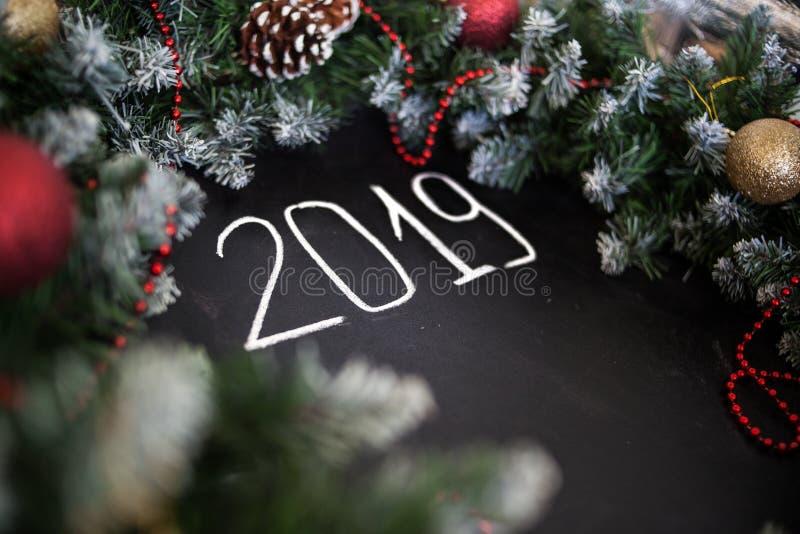 Feliz Año Nuevo de la inscripción en tablero negro Tablero negro con Feliz Año Nuevo de la inscripción de la mano con tiza imágenes de archivo libres de regalías