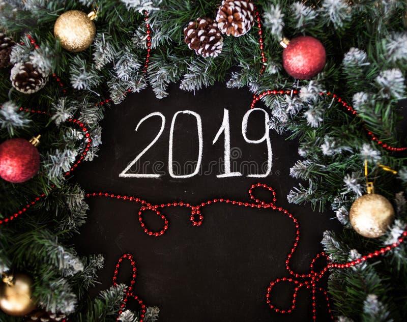 Feliz Año Nuevo de la inscripción en tablero negro Tablero negro con Feliz Año Nuevo de la inscripción de la mano con tiza imagen de archivo
