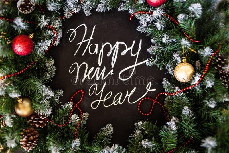Feliz Año Nuevo de la inscripción en tablero negro Tablero negro con Feliz Año Nuevo de la inscripción de la mano con tiza imagenes de archivo