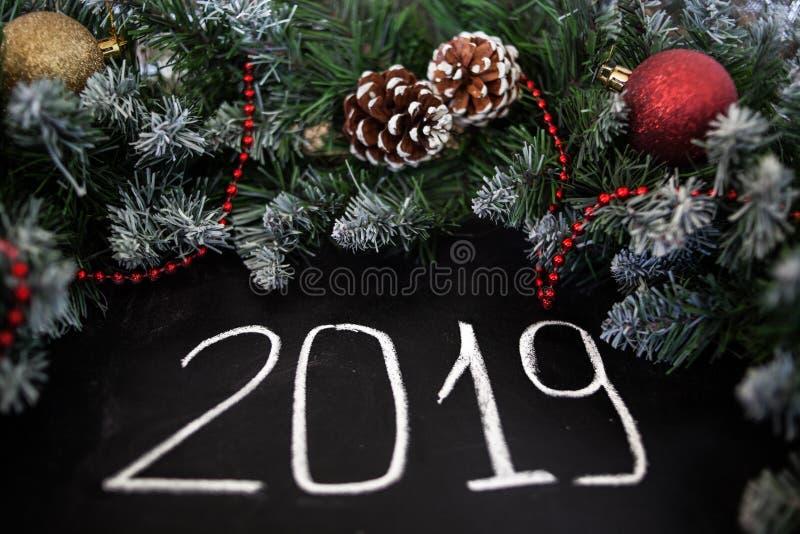 Feliz Año Nuevo de la inscripción en tablero negro Tablero negro con Feliz Año Nuevo de la inscripción de la mano con tiza imagen de archivo libre de regalías