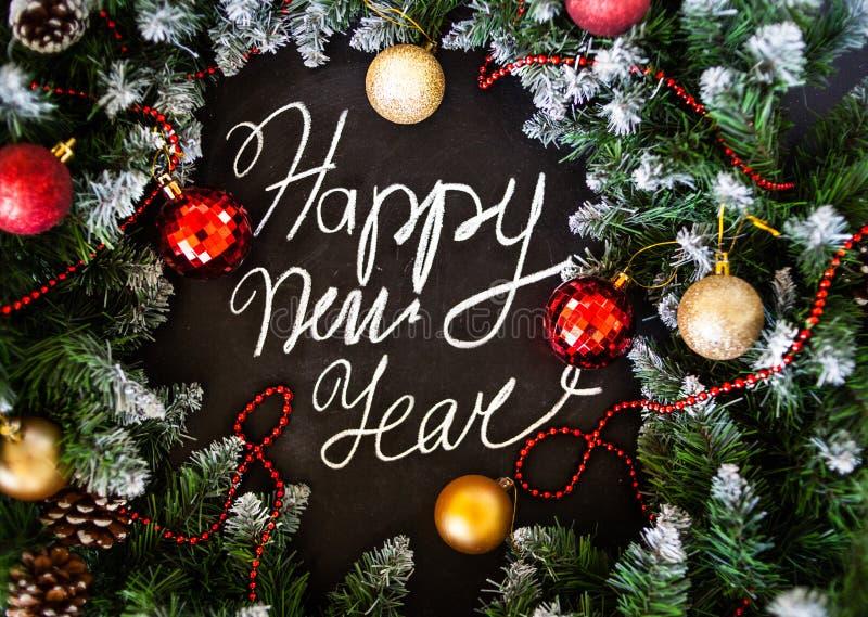 Feliz Año Nuevo de la inscripción en tablero negro Tablero negro con Feliz Año Nuevo de la inscripción de la mano con tiza fotografía de archivo