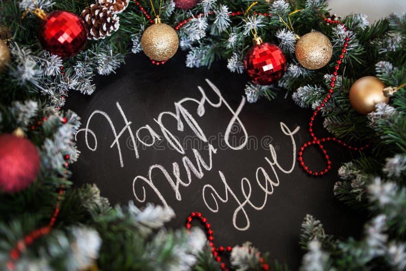 Feliz Año Nuevo de la inscripción en tablero negro Tablero negro con Feliz Año Nuevo de la inscripción de la mano con tiza fotos de archivo libres de regalías