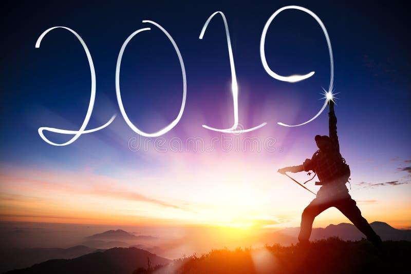 Feliz Año Nuevo dibujo 2019 del hombre en la montaña imagen de archivo