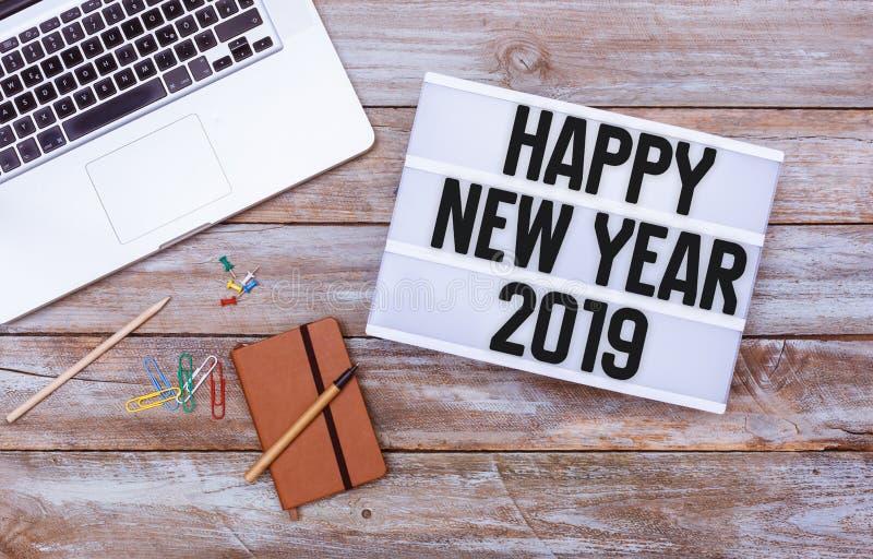 Feliz Año Nuevo 2019 en endecha plana del escritorio de oficina fotografía de archivo
