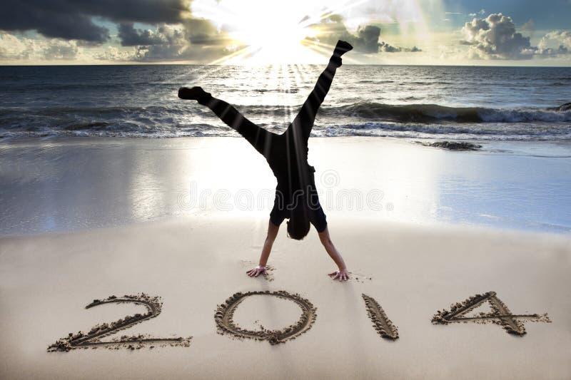 Feliz Año Nuevo 2014 en la playa foto de archivo