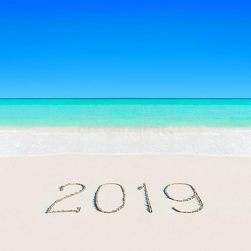 Feliz Año Nuevo 2019 en la playa tropical del verano del océano arenoso fotografía de archivo libre de regalías