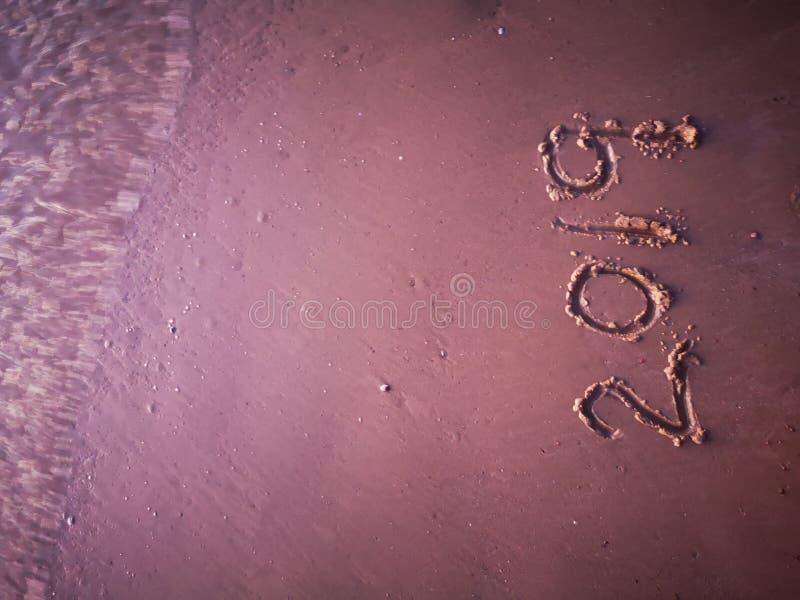 Feliz Año Nuevo 2019 escrita en la playa fotos de archivo