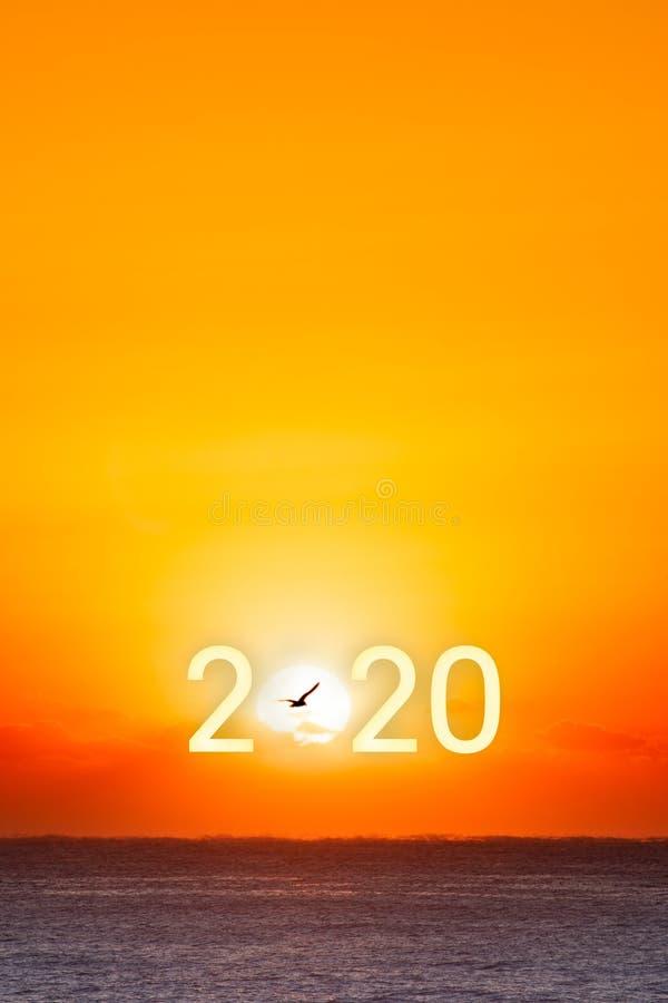 Feliz Año Nuevo 2020 Hermoso amanecer sobre el océano foto de archivo