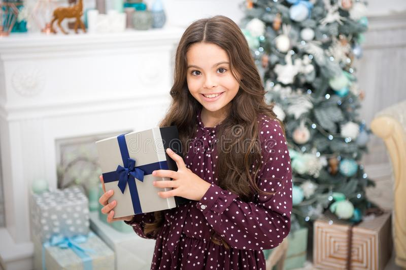 Feliz Año Nuevo Navidad El niño disfruta del día de fiesta pequeña muchacha feliz en la Navidad La mañana antes de Navidad Año Nu imagen de archivo