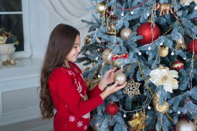 Feliz Año Nuevo Navidad El niño disfruta del día de fiesta pequeña muchacha feliz en la Navidad La mañana antes de Navidad Año Nu imágenes de archivo libres de regalías