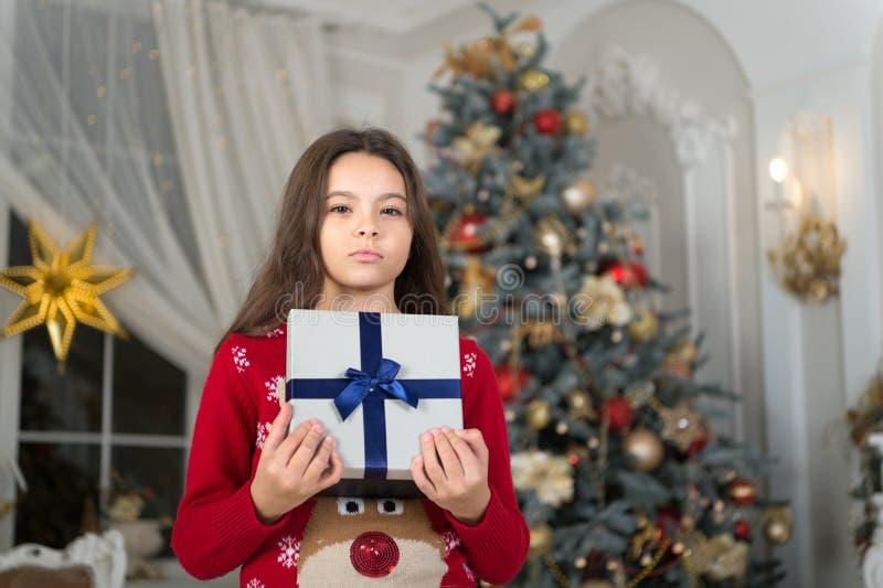 Feliz Año Nuevo Navidad El niño disfruta del día de fiesta pequeña muchacha seria en la Navidad La mañana antes de Navidad Año Nu fotografía de archivo