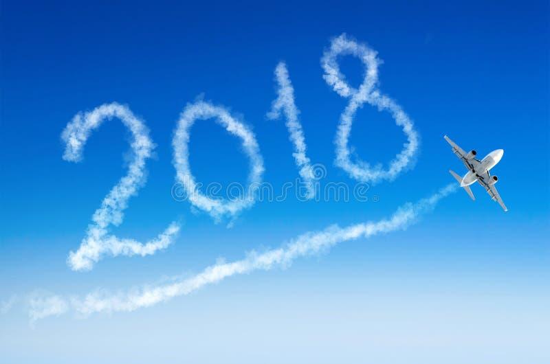 Feliz Año Nuevo 2018 que dibuja en aeroplano en el cielo imágenes de archivo libres de regalías