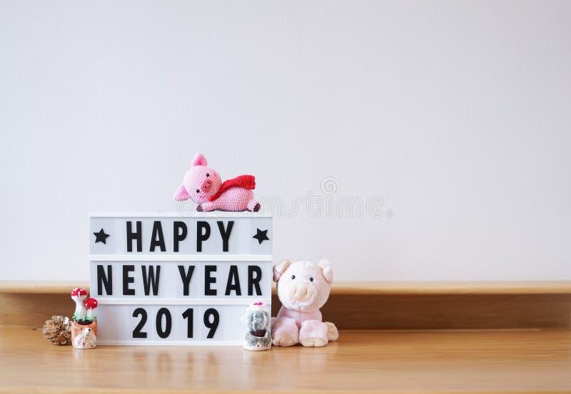Feliz Año Nuevo 2019 Según el zodiaco animal chino, 2019 es un año del cerdo Espacio de la copia a la derecha de escribir persona imagen de archivo libre de regalías