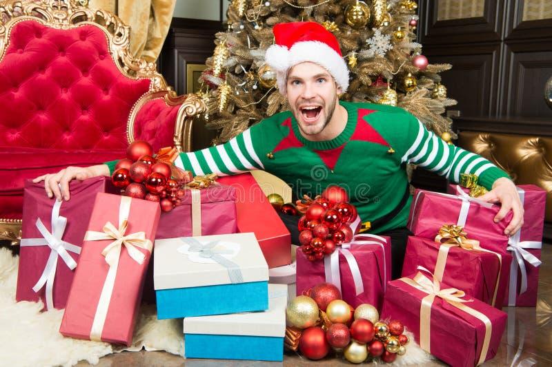 Feliz Año Nuevo y Feliz Navidad El hombre feliz disfruta de Año Nuevo y de la fiesta de Navidad Hombre con las actuales cajas por fotos de archivo libres de regalías