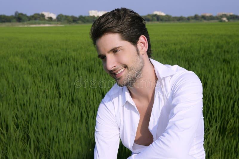 Feliz al aire libre del hombre joven en prado verde foto de archivo libre de regalías