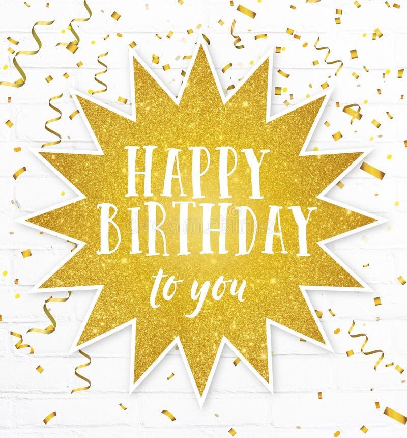 Feliz aniversário citações do texto com confetes dourados do partido fotos de stock royalty free