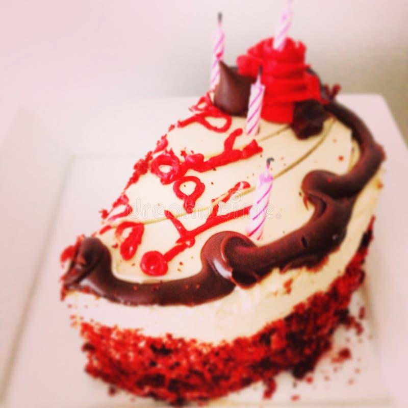 Feliz aniversario! Bolo muito saboroso de veludo Velas Divertimento foto de stock royalty free