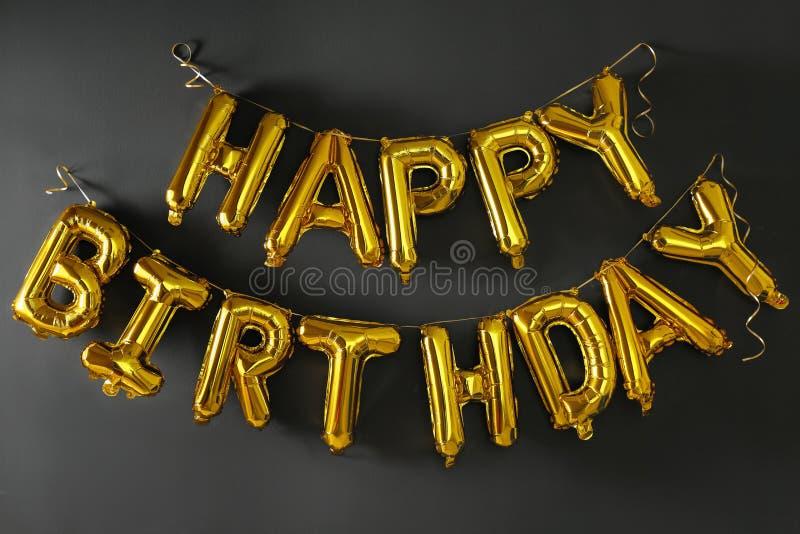 FELIZ ANIVERSARIO da frase feito de letras douradas do balão imagens de stock