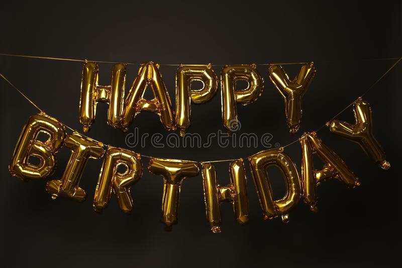 FELIZ ANIVERSARIO da frase feito de letras douradas do balão imagem de stock royalty free