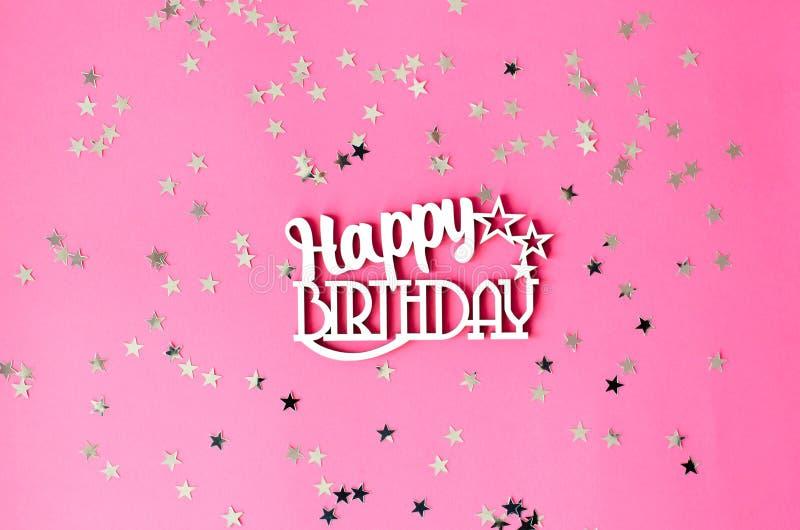 Feliz aniversario da inscrição de madeira em um fundo cor-de-rosa fotos de stock royalty free