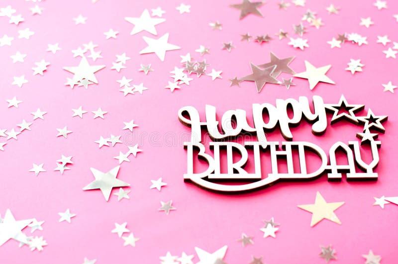 Feliz aniversario da inscrição de madeira em um fundo cor-de-rosa imagens de stock royalty free