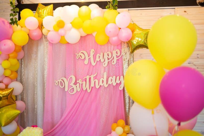 Feliz aniversario da inscrição A decoração do partido imagens de stock royalty free