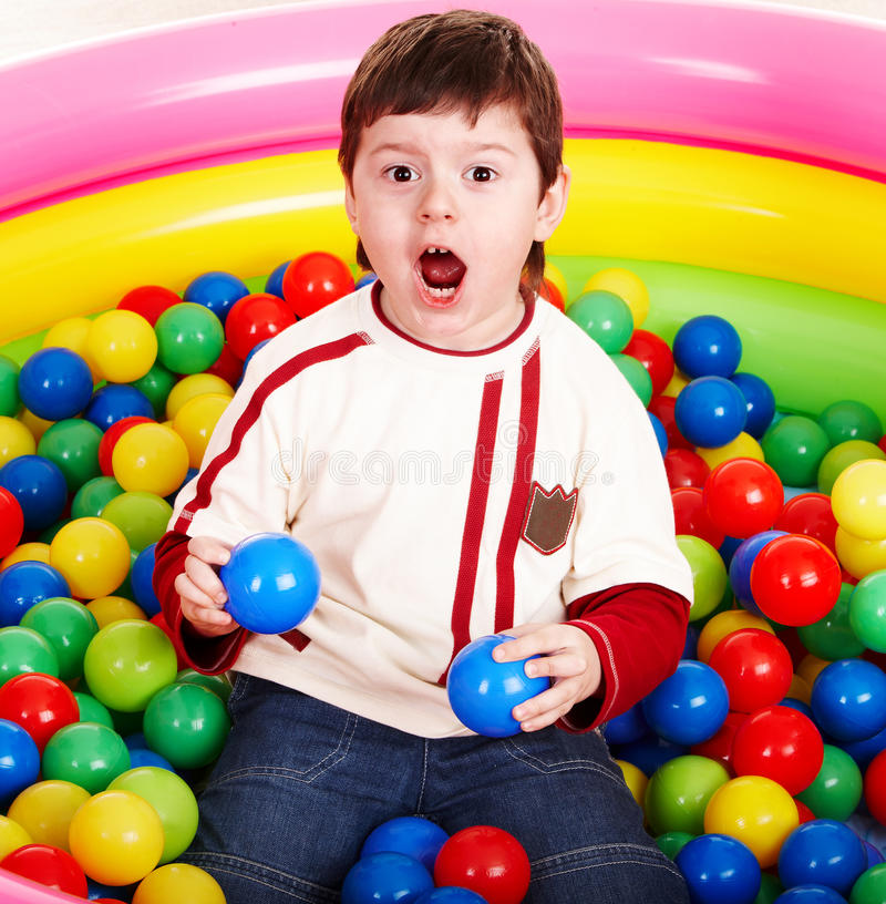 Feliz aniversario do rapaz pequeno nas esferas. foto de stock royalty free