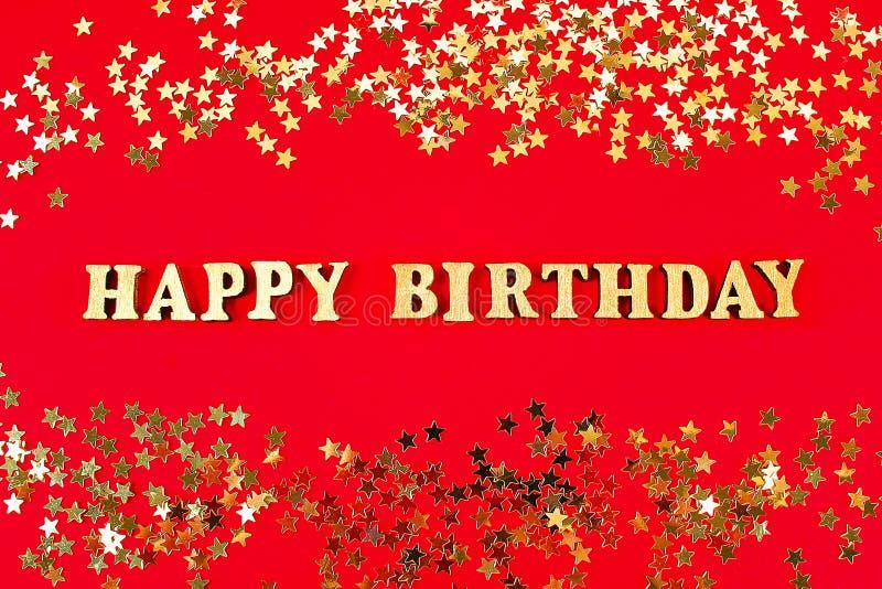 Feliz aniversario do texto apresentado de letras do ouro no fundo bonito Confetti dourado das estrelas imagem de stock royalty free