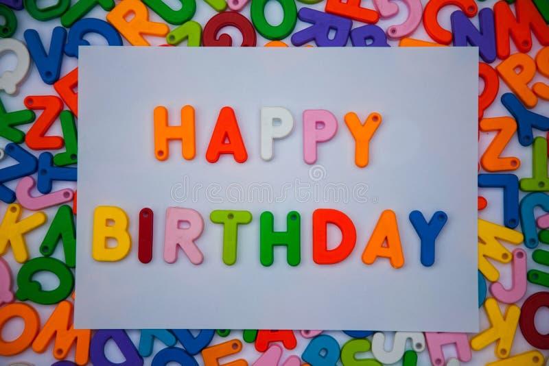 Feliz aniversario escrito com blocos do alfabeto fotos de stock royalty free