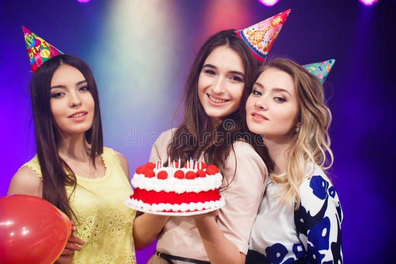 Feliz aniversario Grupo de amigos de sorriso recolhidos junto com o bolo fotos de stock royalty free