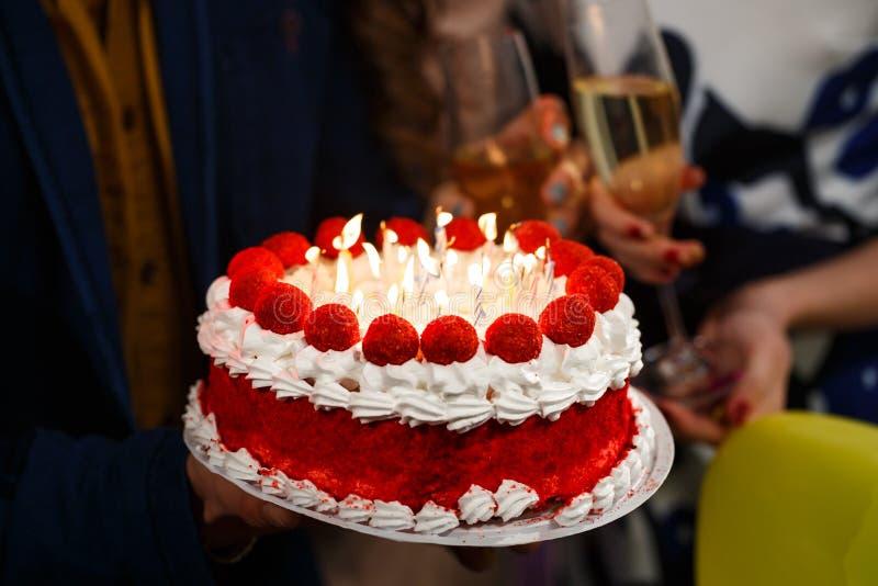 Feliz aniversario Um pessoa do grupo que guarda o bolo foto de stock royalty free