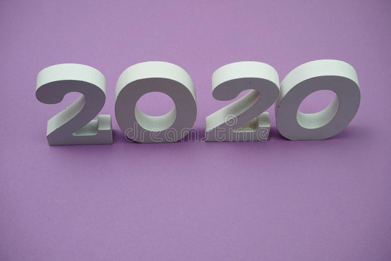 2020 feliz ano novo sobre fundo roxo fotos de stock