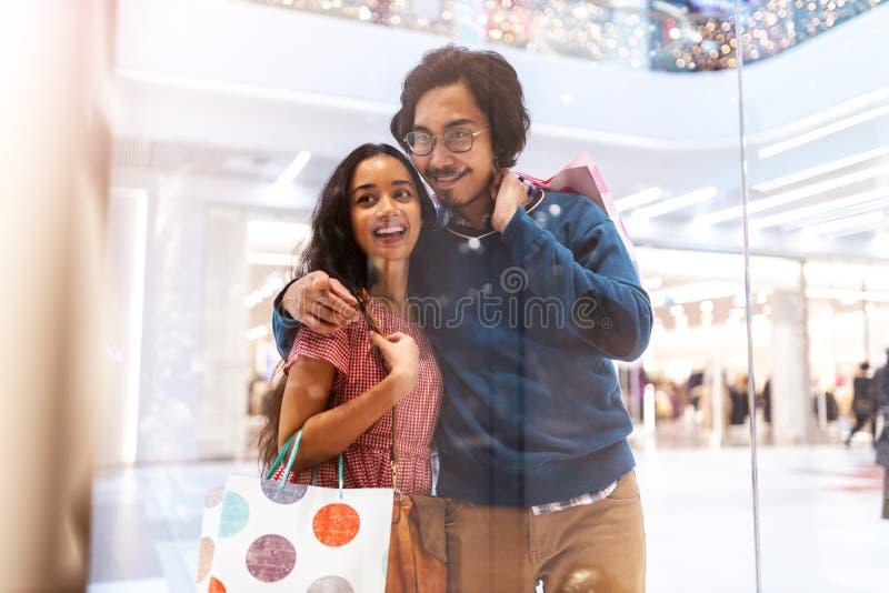 Feliz casal jovem no shopping foto de stock royalty free