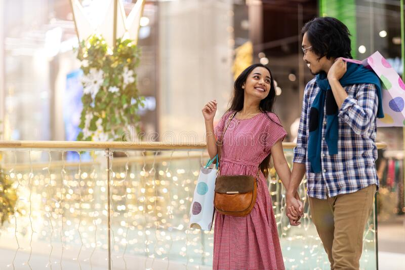 Feliz casal jovem no shopping imagem de stock