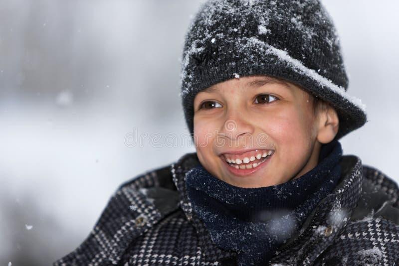 Feliz com a queda da neve foto de stock