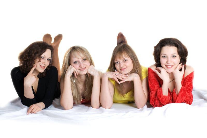 Feliz cumpleaños. Cuatro amigos de muchachas se divierten fotografía de archivo libre de regalías