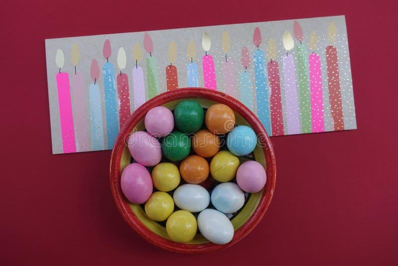 Feliz cumpleaños dieciocho 18 años, tarjeta de felicitación de la celebración de la diversión con las velas diseñadas estilizadas imagen de archivo libre de regalías