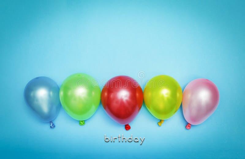 Feliz cumpleaños, dulce, fondo, multicolor, en colores pastel, creativo, decoración, azul, día de fiesta, espacio de la copia, foto de archivo libre de regalías