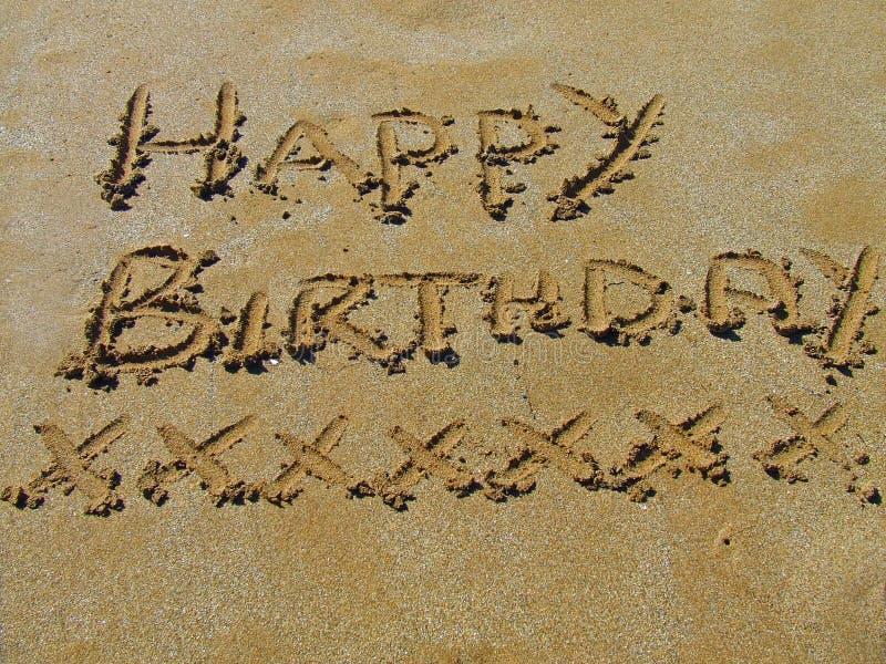 Feliz cumpleaños en la arena fotos de archivo